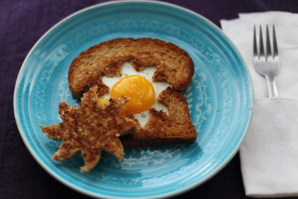 fried egg in sun-shape inside toast