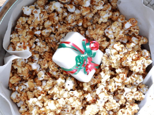 Caramel corn with a small gift box