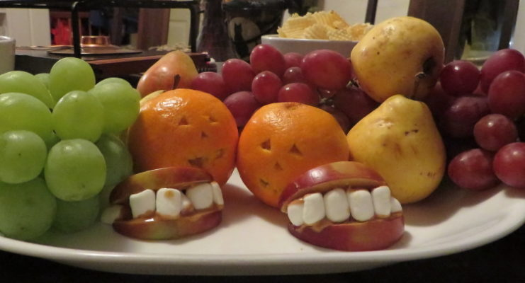 Fruit platter with apple-marshmallow mouths